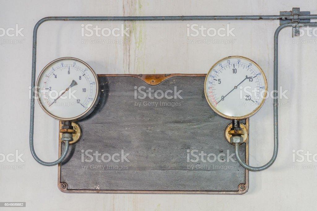 Zwei alte Druck Messuhren auf einer Metallplatte aus Gußeisen stock photo