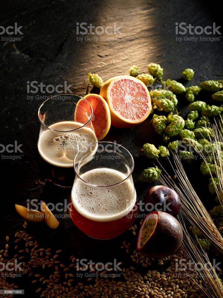 Zwei Biersorten im Tasting Glas mit fruchtigen Geschmacksnoten stock photo