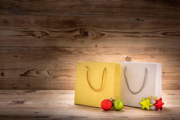 zwei einkaufstaschen mit weihnachtsdekoration - engelsflügel kaufen stock-fotos und bilder