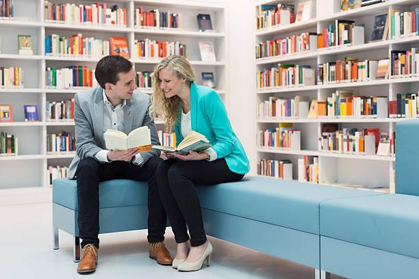 zwei Studenten am Lesen zwei Studenten in Bibliothek am Lesen z_wei stock pictures, royalty-free photos & images