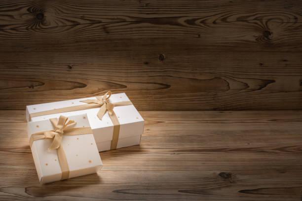 zwei weihnachtsgeschenke schön eingepackt - engelsflügel kaufen stock-fotos und bilder