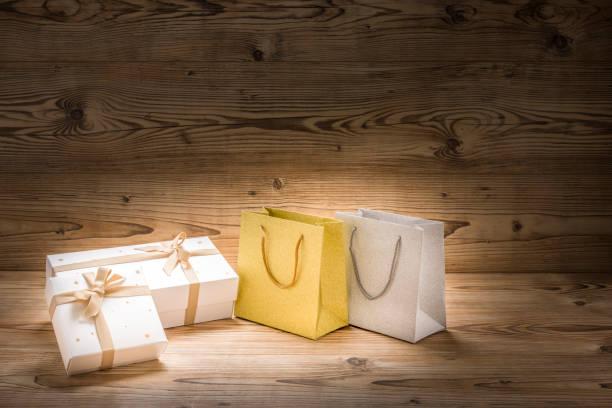 zwei weihnachtsgeschenke und zwei einkaufstaschen - engelsflügel kaufen stock-fotos und bilder