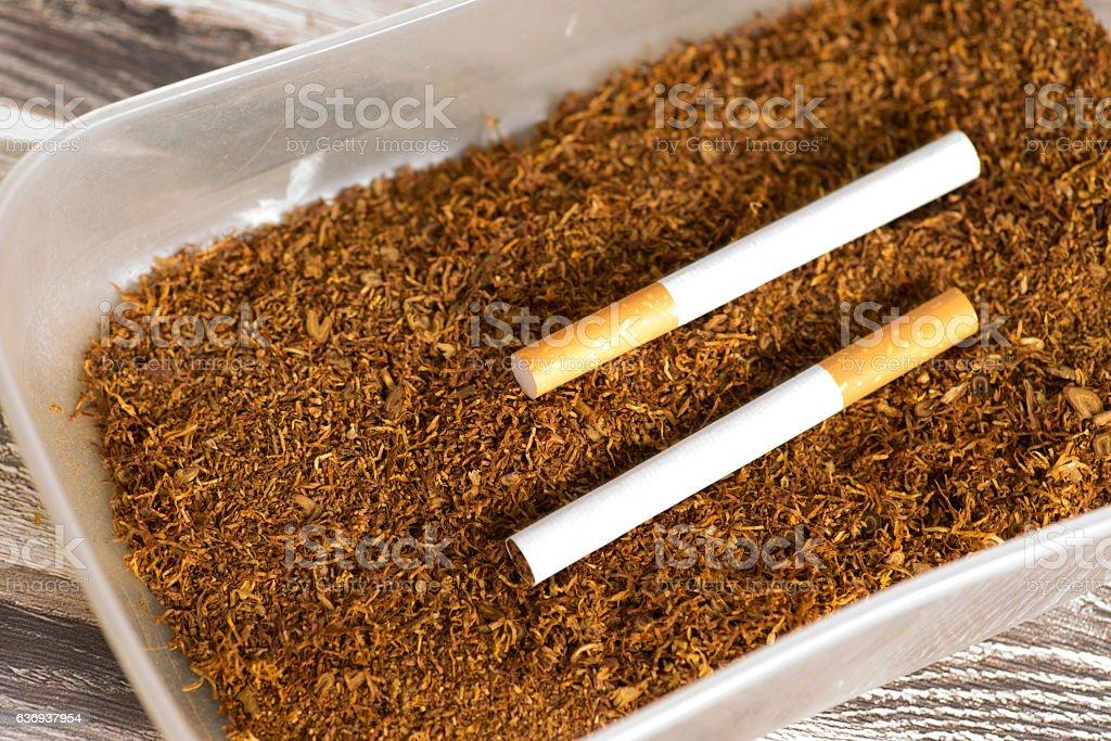 Zwei Zigaretten in einer Tabakdose stock photo