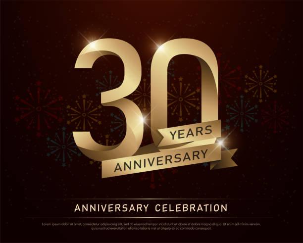 bildbanksillustrationer, clip art samt tecknat material och ikoner med 30 år jubileum firande guld nummer och gyllene band med fyrverkerier på mörk bakgrund. vektorillustration - nummer 30