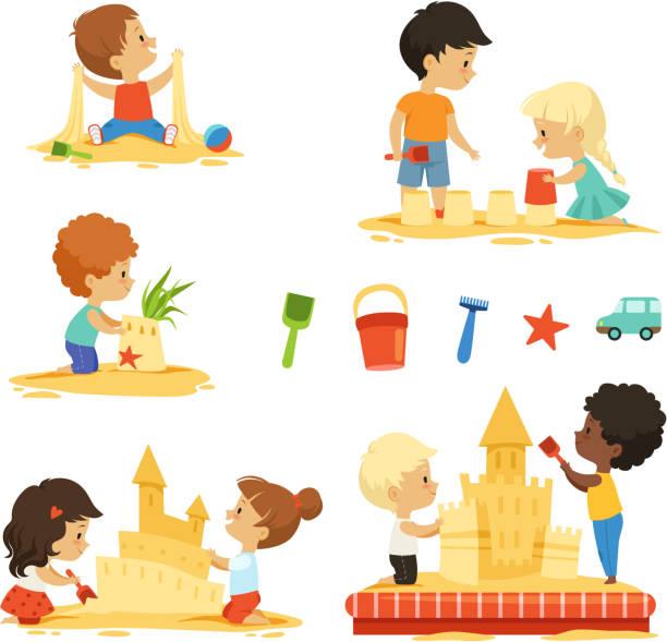 illustrations, cliparts, dessins animés et icônes de enfants actifs jouant dans sandbox. isoler les personnages heureux - chateau de sable