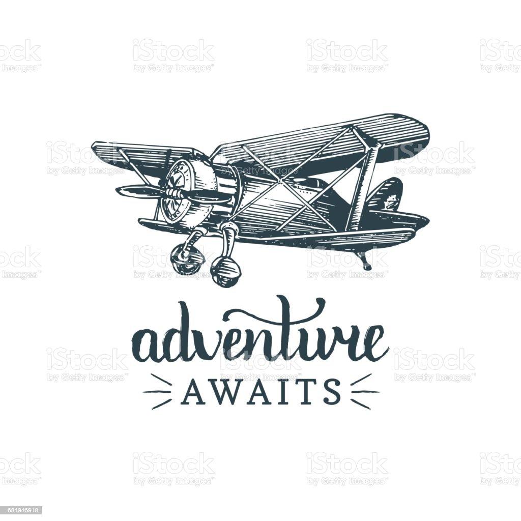 Aventura espera cita motivacional. Imagen de avión retro vintage. Cartel inspiración tipográfica de vector. Ilustración de aviación bosquejado en estilo de grabado de la mano. - ilustración de arte vectorial