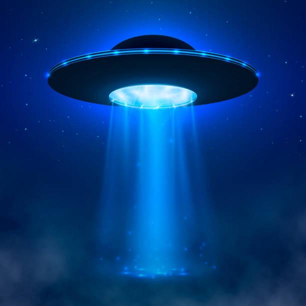stockillustraties, clipart, cartoons en iconen met ufo. alien ruimteschip met lichtbundel en mist. ufo vector illustratie - buitenaards wezen