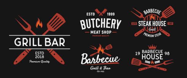 ilustraciones, imágenes clip art, dibujos animados e iconos de stock de conjunto de logotipos bbq y steakhouse. emblemas de barbacoa vintage. etiquetas de restaurante, emblemas, logo. plantilla de logotipo vectorial - barbacoa