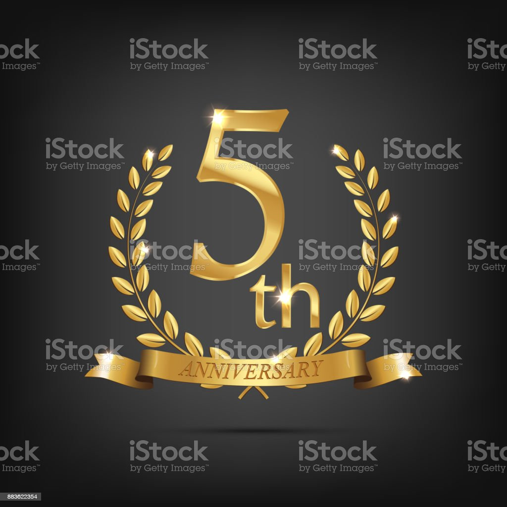5 anniversary golden symbol. Golden laurel wreaths with ribbons and fifth anniversary year symbol on dark background. Vector anniversary design element. - illustrazione arte vettoriale