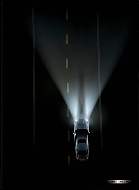 illustrations, cliparts, dessins animés et icônes de voiture sur une route sombre - voiture nuit