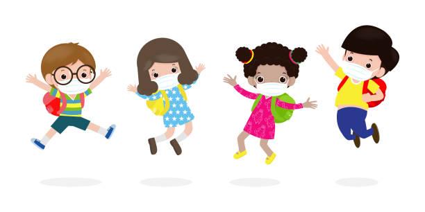 illustrations, cliparts, dessins animés et icônes de retour à l'école pour le nouveau concept de mode de vie normal. les enfants heureux sautant portant le masque facial protègent le virus de la couronne ou covid 19, groupe d'enfants et d'amis vont à l'école isolé sur le fond blanc vector - enfant masque