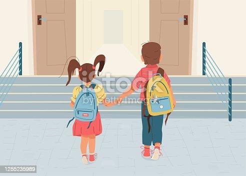 De volta ao histórico de ilustração de vetores da escola. Menino e menina feliz vai para a escola pela primeira vez. Eles de mãos dadas. Crianças com mochilas caminham para abrir porta pelas escadas