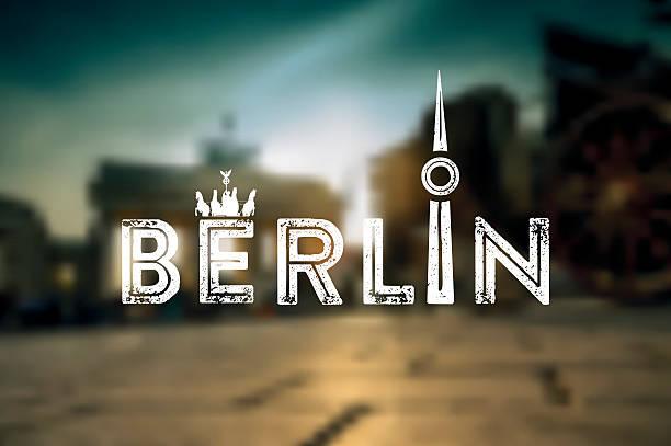 berlin text zeichen auf dem hintergrund verschwommen stadt - berlin brandenburger tor blurred stock-grafiken, -clipart, -cartoons und -symbole