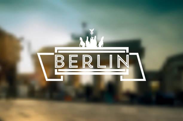 berlin vintage-zeichen auf dem hintergrund verschwommen brandenburger tor - berlin brandenburger tor blurred stock-grafiken, -clipart, -cartoons und -symbole