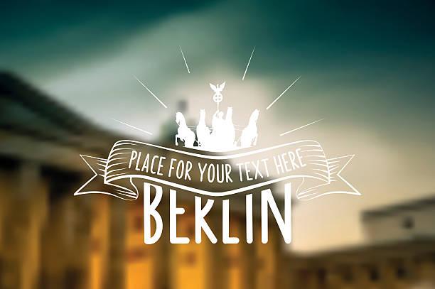 berlin vintage schild auf verschwommene golden brandenburger tor hintergrund - berlin brandenburger tor blurred stock-grafiken, -clipart, -cartoons und -symbole