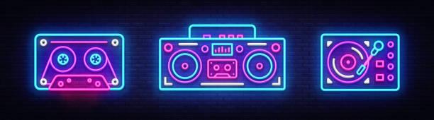 ilustrações, clipart, desenhos animados e ícones de grande coleção néon cantar. elementos de design retrô símbolos de néon de música. voltar à década de 80-90 bandeira luz, estilo de design da tendência moderna. tabuleta brilhante, noite de publicidade. ilustração vetorial - toca discos