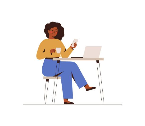 ilustrações, clipart, desenhos animados e ícones de mulher negra conversando em um smartphone sentado à mesa do café. freelancer feliz ou mulher de escritório trabalhando remotamente usar um laptop. - work