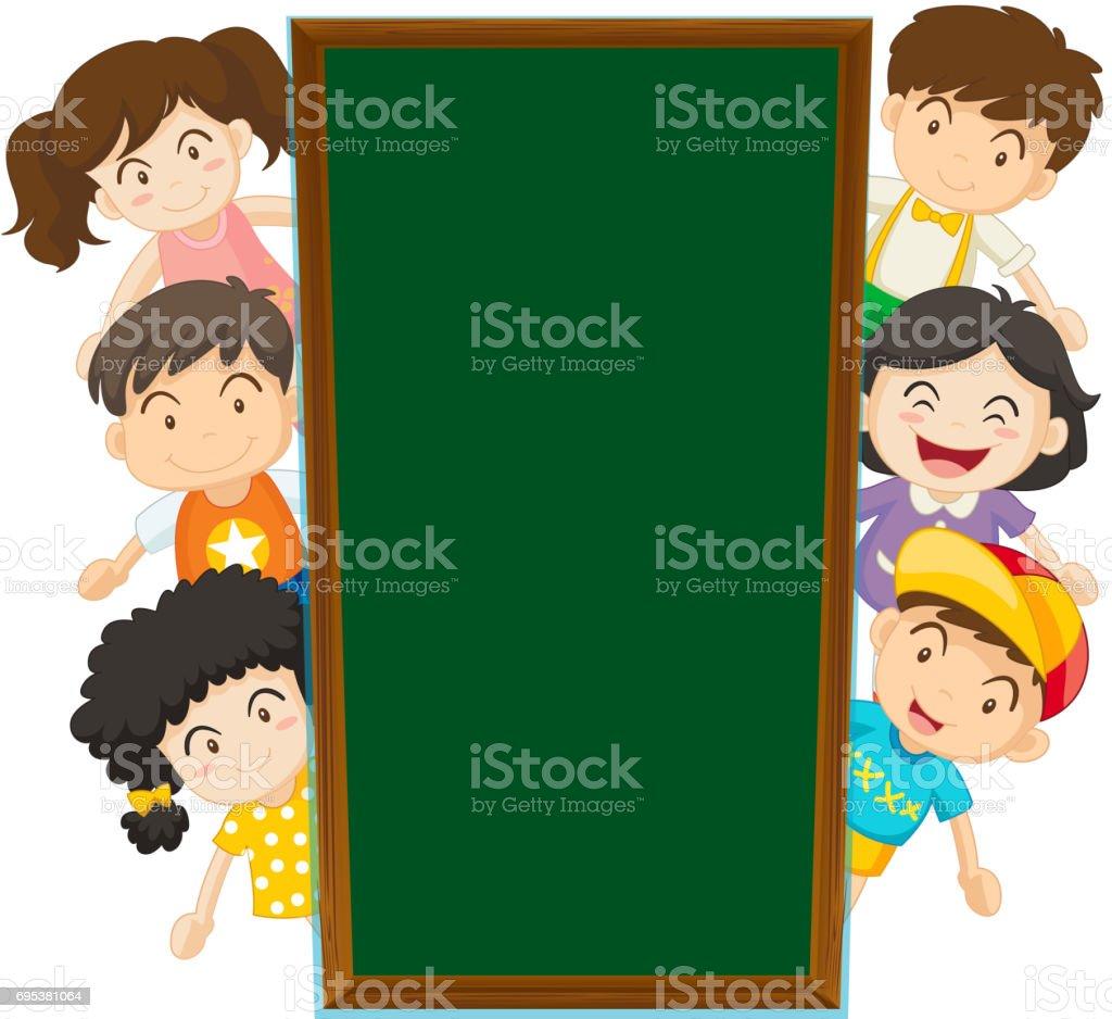 Ilustración de Plantilla De Pizarra Con Niños Felices En La Parte ...