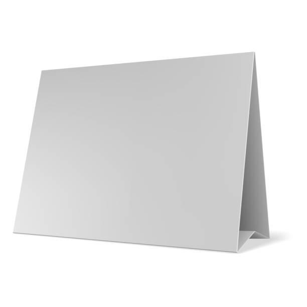 ilustrações, clipart, desenhos animados e ícones de vetor de cartões de mesa papel em branco. tenda de tabela em branco isolado no fundo cinza. - barraca