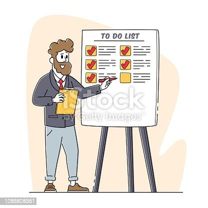 Reunión de negocios en la oficina, Presentación. El coach masculino apunta a la lista de tareas pendientes en Flip Board explica los fundamentos de la gestión del tiempo