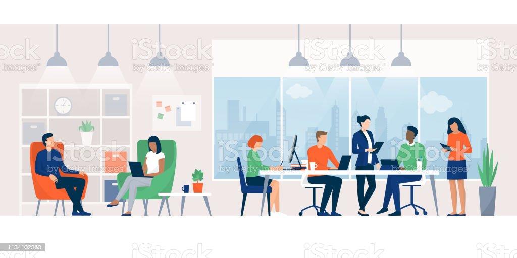 Empresarios trabajando juntos en un espacio de coworking - arte vectorial de Adulto libre de derechos