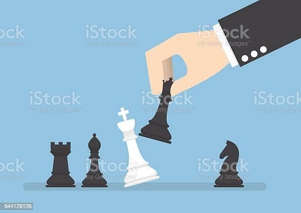 Homem De Negócios Mão Utilizar Preto Rainha Xequemate O Rei Branco - Arte vetorial de stock e mais imagens de Adulto