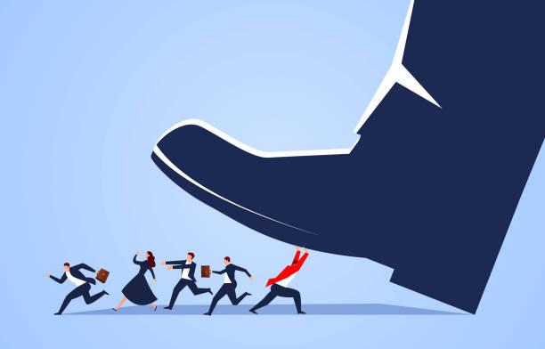 Geschäftsmann im roten Anzug kämpft mit riesigen Füßen, um seinem Begleiter zu helfen, der Gefahr zu entkommen – Vektorgrafik