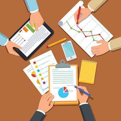 Businessmen Discussing Business Plan - Stockowe grafiki wektorowe i więcej obrazów Architekt