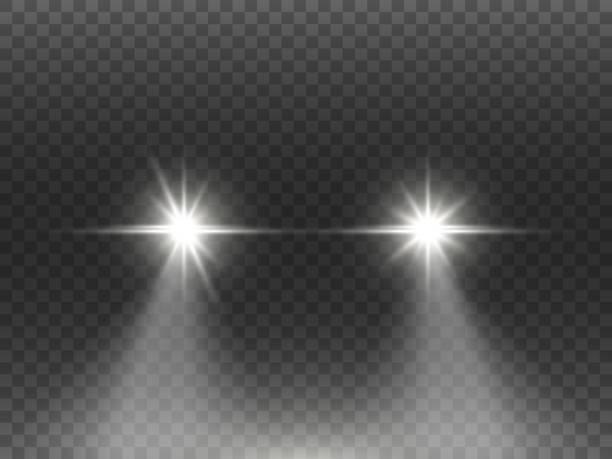 illustrations, cliparts, dessins animés et icônes de effet de lumières de voiture sur le fond transparent foncé. concept réaliste de phares. fusées blanches d'automobile s'isoler. poutres lumineuses de voiture la nuit. rayons automatiques sur la route. illustration de vecteur - voiture nuit