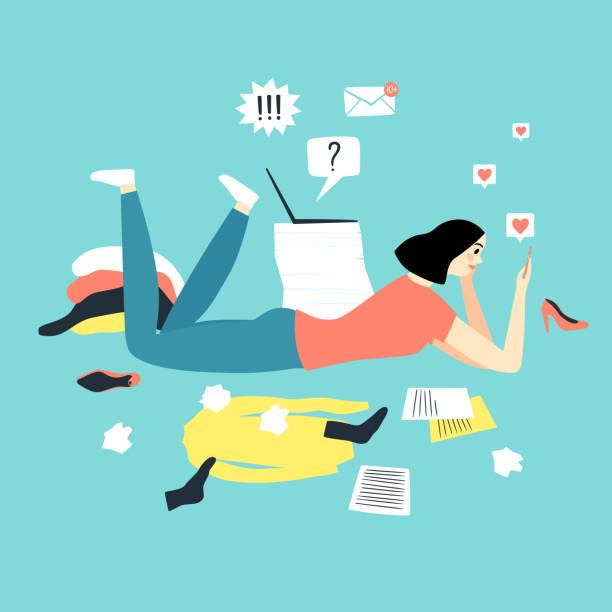 ilustraciones, imágenes clip art, dibujos animados e iconos de stock de chica de dibujos animados viendo en el teléfono inteligente en lugar de trabajar y limpiar. - social media