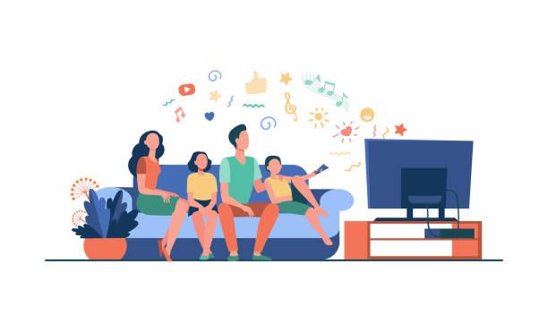 ilustrações de stock, clip art, desenhos animados e ícones de cartoon happy family watching television together - tv e familia e ecrã