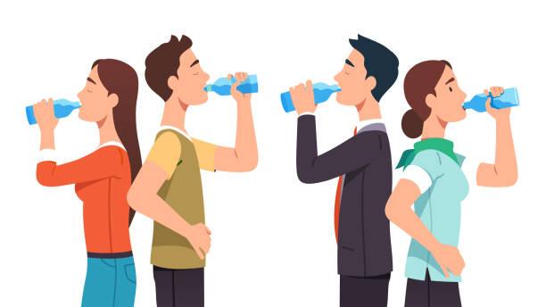 bình thường và kinh doanh đàn ông & phụ nữ cặp vợ chồng đứng &uống nước tinh khiết từ chai thủy tinh thiết lập. những người khát nước thư giãn &uống đồ uống ngậm nước. mất nước. minh họa vec - drinking water hình minh họa sẵn có