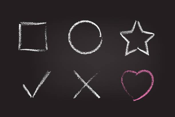 kreidefigur am schwarzen brett der schule. vektor-kreide handgezeichnete designelemente: quadrat, kreis, stern, häkchen, kreuz und herz. - kreide weiss stock-grafiken, -clipart, -cartoons und -symbole