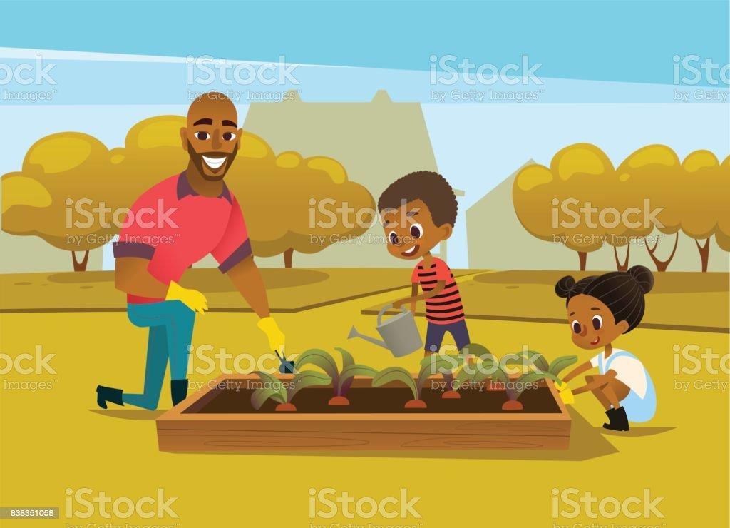 Alegre pai afro-americano e dois filhos, vestidos com botas de borracha cultivam vegetais crescer na cama contra árvores no fundo. Conceito de atividades da família no jardim. Ilustração em vetor. - ilustração de arte em vetor