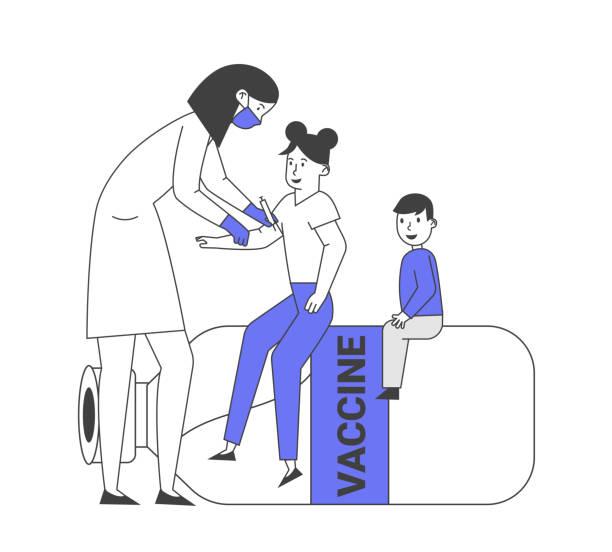 illustrations, cliparts, dessins animés et icônes de procédure de vaccination et de vaccination des enfants. docteur mettre l'injection aux enfants assis sur la bouteille de vaccin énorme. medic shoot medicine to little patient shoulder cartoon flat vector illustration, line art - vaccin enfant