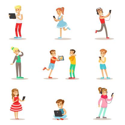 388d8ece785e91 Kinderen En Gadgets Set Van Illustraties Met Kinderen Kijken Luisteren En  Spelen Met Behulp Van Elektronische Apparaten Stockvectorkunst en meer  beelden van ...