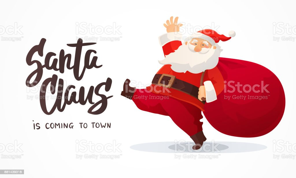 Cartolina di Natale. Divertente cartone animato Babbo Natale con enorme borsa rossa con regali. Testo disegnato a mano - Babbo Natale sta arrivando in città - arte vettoriale royalty-free di Arte