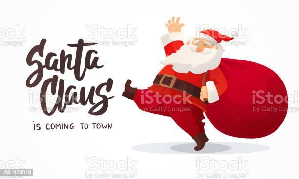 Cartolina Di Natale Divertente Cartone Animato Babbo Natale Con Enorme Borsa Rossa Con Regali Testo Disegnato A Mano Babbo Natale Sta Arrivando In Città - Immagini vettoriali stock e altre immagini di Arte