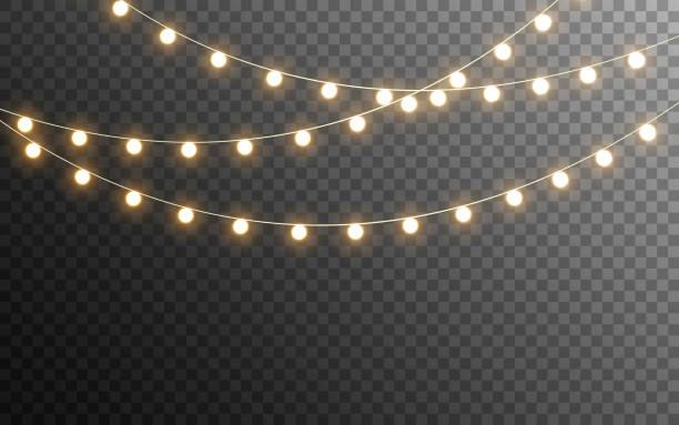 światła świąteczne odizolowane. świecące girlandy na przezroczystym ciemnym tle. realistyczne elementy świetlne. jasne żarówki na plakat, kartę, broszurę lub wstęgę. ilustracja wektorowa - błyszczący stock illustrations