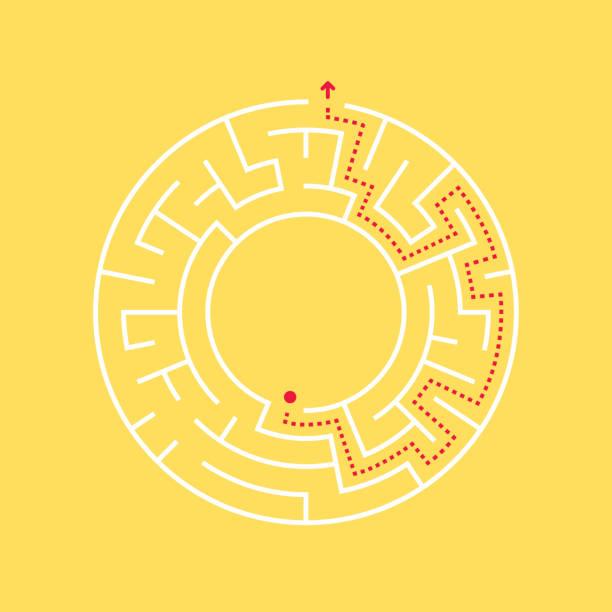 eine kreisförmige labyrinth und weg zum ausgang aus der mitte. - labyrinthgarten stock-grafiken, -clipart, -cartoons und -symbole