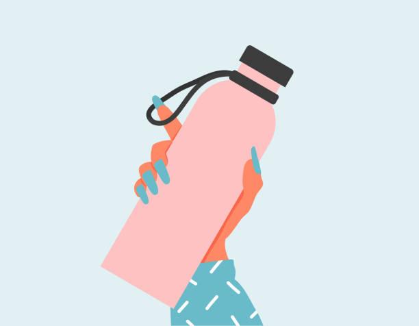 illustrations, cliparts, dessins animés et icônes de femme de plan rapproché retenant une bouteille d'eau réutilisable. concept de jour de jour de l'environnement du monde et de la terre. bouteille de verre vide dans la main de femme. illustration plate de zéro déchet. main de femme retenant une bout - bouteille d'eau