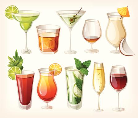 Набор коктейлей и спиртных напитков в черном фоне.
