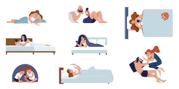 ベッドに横たわるかわいい人々の集まりが電話で話している。ソーシャルネットワーク上でおしゃべりをしている男女の多く。カラフルなフラットな漫画スタイルの隔離ベクトルイラスト。 - スマホ ベッド点のイラスト素材/クリップアート素材/マンガ素材/アイコン素材