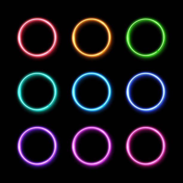 illustrations, cliparts, dessins animés et icônes de ensemble de bague lumière fluo coloré. fond lumineux de cercles colorés. led électrique 3d ou lampe halogène ronde cadres. frontières de forme géométrique de technologie avec l'illustration vectorielle de réflexion dans le style des années 1980 - bague