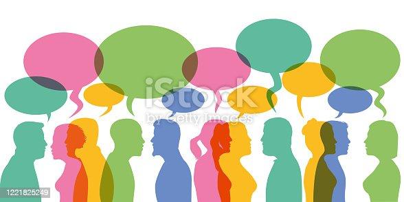 Concept de la communication et de l'information avec des hommes et des femmes qui discutent face à face avec des bulles de dialogue.