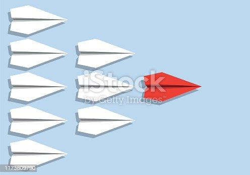 Concept du leadership en entreprise et de la hiérarchie pyramidale avec le symbole des avions en origami.