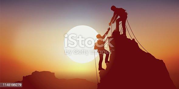 Concept de la solidarité, avec deux alpinistes qui se tendent la main en arrivant au sommet d'une montagne, après l'avoir escalader avec succès