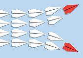 Concept de la divergence d'opinion avec 2 colonnes d'avions en origami qui se séparent dans deux directions