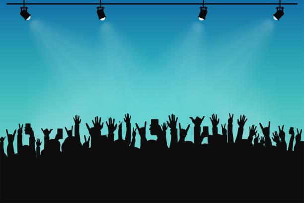 Foule de concert, des silhouettes de personnes. Mains avec des gestes différents et smartphones en mains surélevées. Projecteurs sur scène - Illustration vectorielle