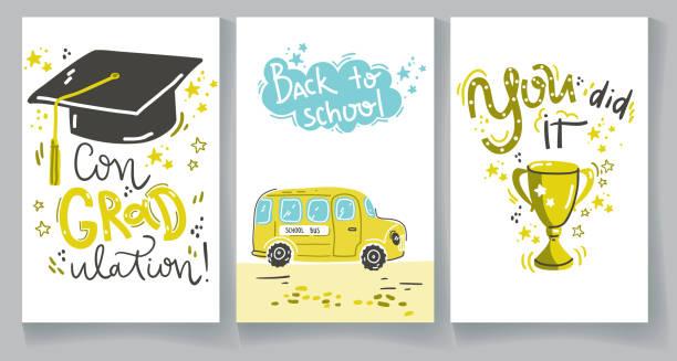 La congradation. Tu as réussi. Compositions de lettrage avec le chapeau de graduation, avec la tasse d'or, avec l'autobus scolaire jaune. - Illustration vectorielle
